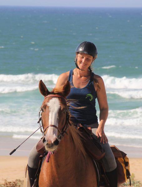 Cécile ATE , s'occupe de vos chevaux aux écuries et Vous accompagne sur les balades et les randonnées